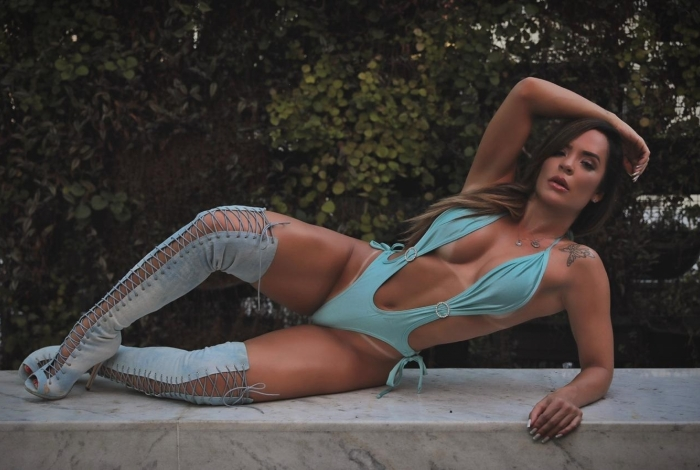 Denise Dias posa com o 'nano-biquíni'