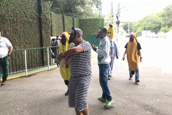 Torcedores do Palmeiras se fantasiaram de Bananas de Pijama em protesto na porta do CT