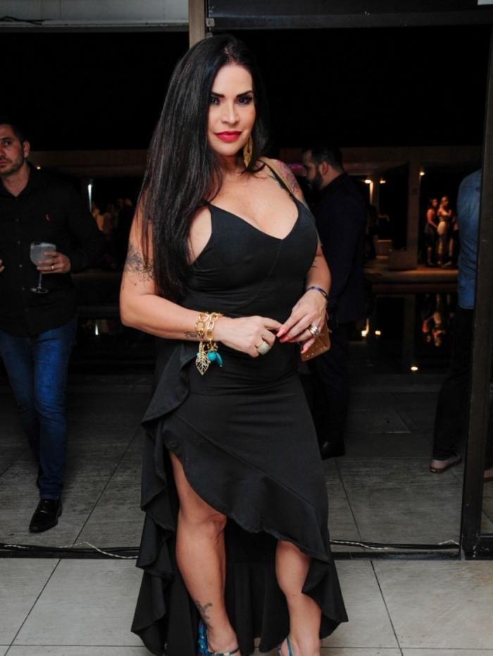Vestido de Solange Gomes se descostura em festa de camarote