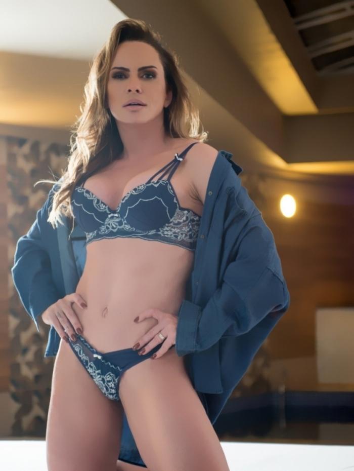 Núbia Óliver posa de lingerie azul e ensaia virada de ano