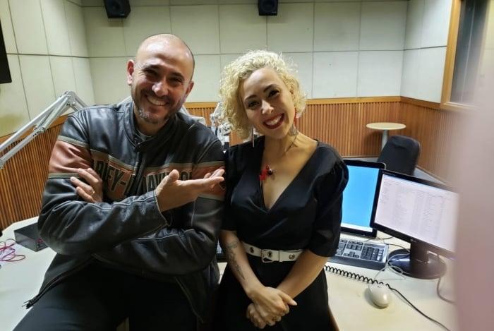 Roberta Espinosa ao lado do jornalista e radialista Willian Travassos