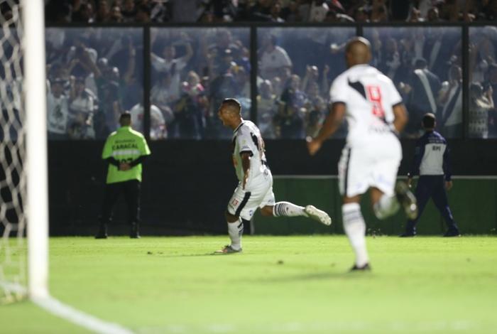 Guarín vibra após balançar a rede do Cruzeiro. O Vasco voltou a vencer, na Colina, após três tropeços seguidos
