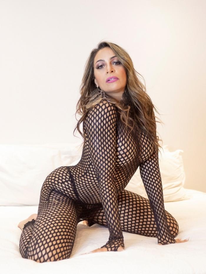 Alessandra Mattos posa sensual e solta o verbo sobre sexo