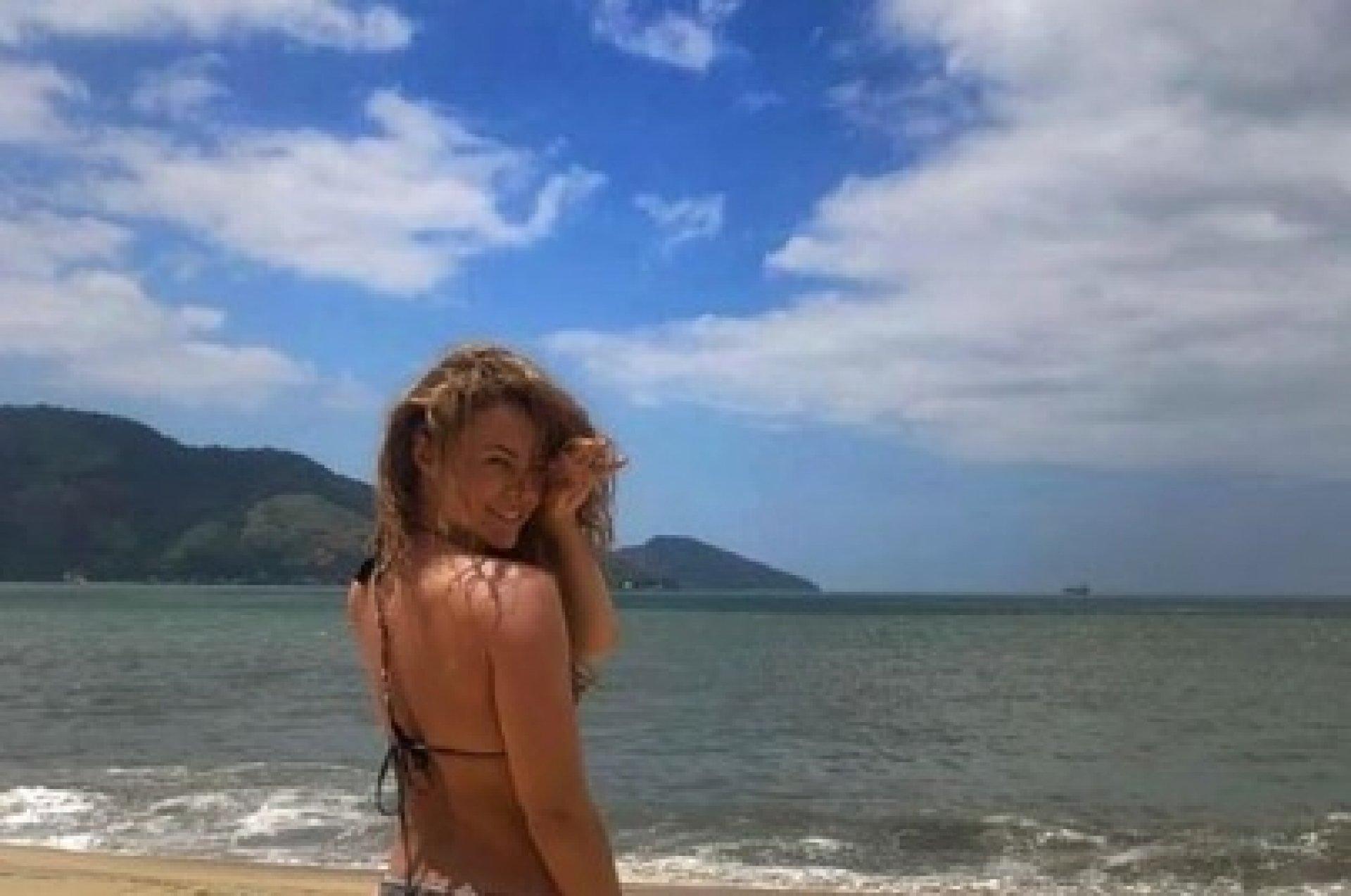 Alinne Moraes Sex paolla oliveira curte praia só de fio dental. veja fotos mh