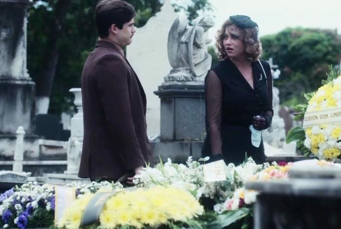 Marion (Ellen Rocche) é abordada por Alfredo (Nicolas Prattes) no núcleo de Júlio (Antonio Calloni)
