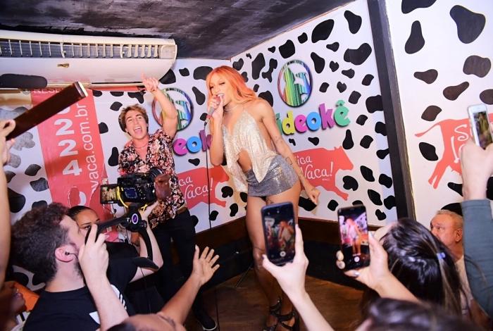 Pabllo Vittar faz surpresa e invade salas de karaokês de São Paulo para cantar