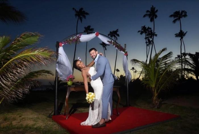 A rainha de bateria da escola de samba já está planejando os detalhes da cerimônia de casamento