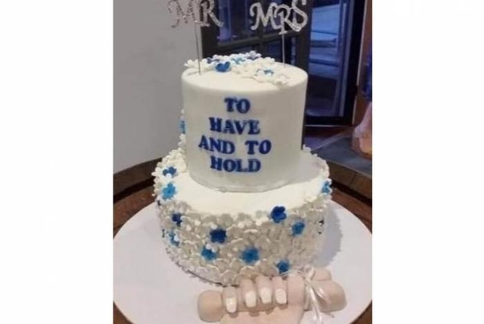 O detalhe na base do bolo de casamento deixou os internautas chocados