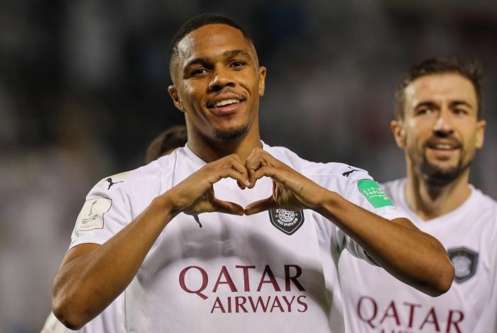 O zagueiro Pedro Miguel comemora seu gol pelo Al Sadd