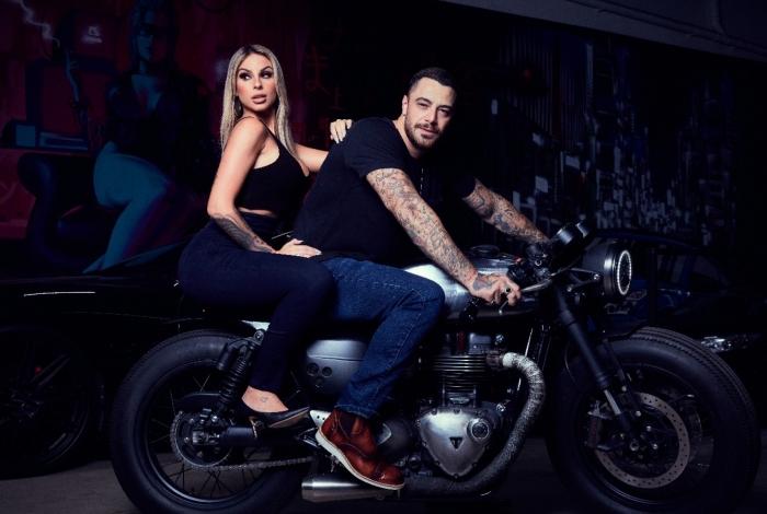 Felipe Titto faz ensaio sensual ao lado de ex-BBB Tatiele Polyana