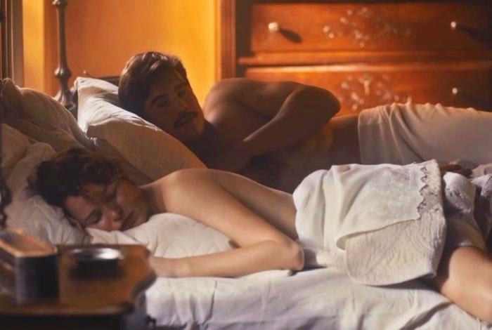 Alfredo (Nicolas Prattes) e Adelaide (Joana de Verona) fogem para Santos e passam a noite juntos, em 'Éramos Seis'