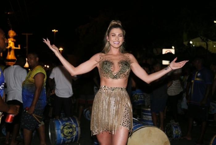 Carnaval: Lívia Andrade samba muito com micro-vestido transparente