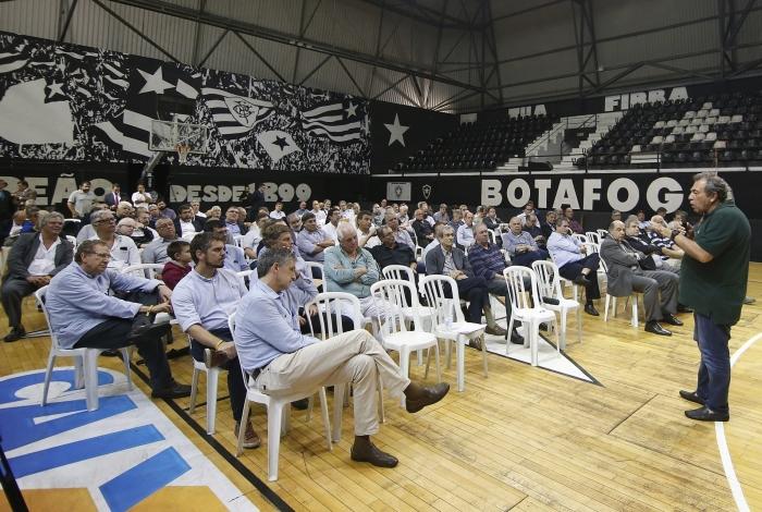 Montenegro (em pé) explica a situação financeira do Botafogo, com dívida de quase R$ 1 bilhão