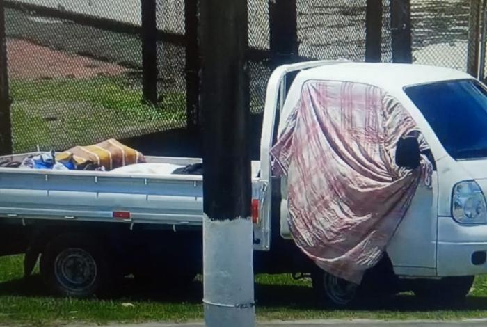 Moradores da comunidade do Frade, em Angra, estacionam caminhão com oito corpos em frente ao batalhão dos Bombeiros