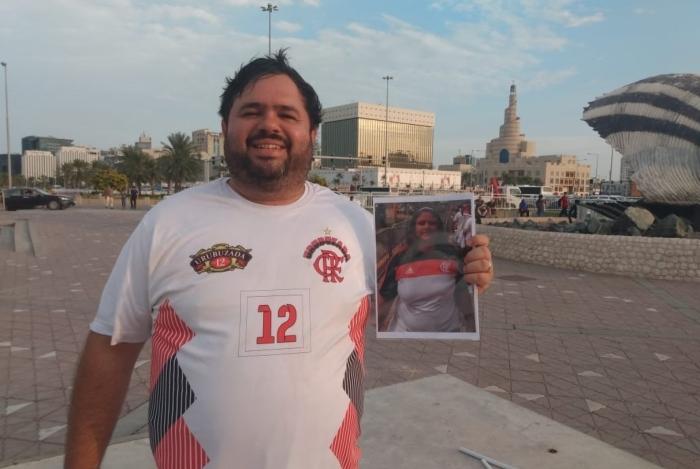 Marcelo Gonçalves exibe a foto da mulher: homenagem em Doha