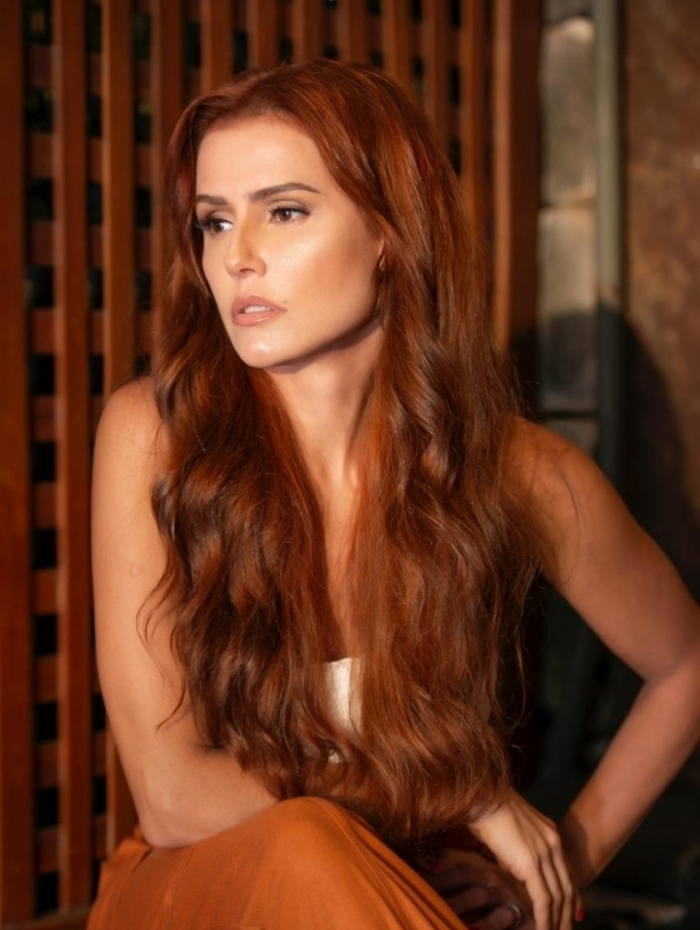 Deborah de cabelão ruiva para viver nova fase de Alexia na novela