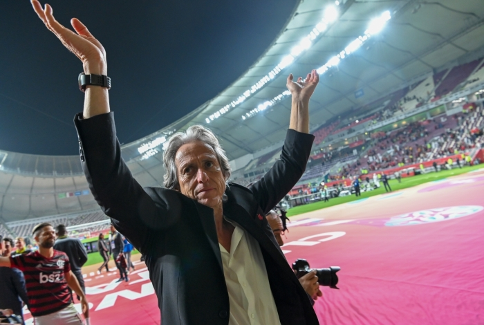 Flamengo's coach Jorge Jesus greets the crowd following his team's victory during the 2019 FIFA Club World Cup semi-final football match between Brazil's Flamengo and Saudi's al-Hilal at the Khalifa International Stadium in the Qatari capital Doha on December 17, 2019. (Photo by Giuseppe CACACE / AFP)