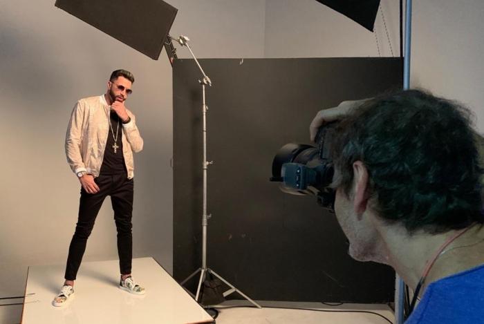 Latino posa para fotógrafo em campanha publicitária