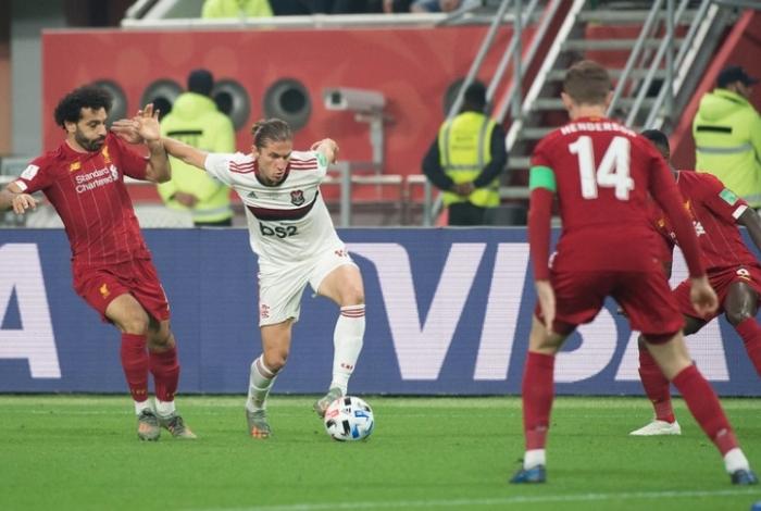 O lateral-esquerdo Filipe Luís passa pelo atacante egípcio Salah e leva o Flamengo à frente na decisão do Mundial de Clubes, em Doha