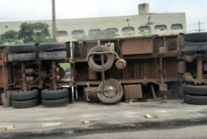 Pista central segue interditada para destombamento do caminhão