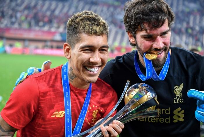 Firmino, autor do gol da vitória do Liverpool em cima do Flamengo, comemorando ao lado de Alisson