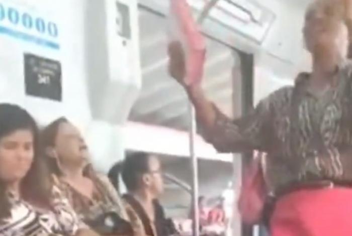 Mulher grita com pregadora em metrô