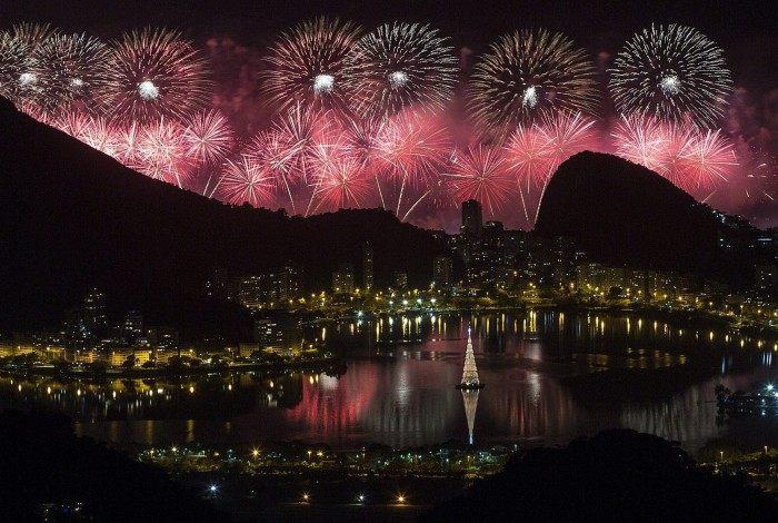 A tradicional queima de fogos em Copacabana, na Zona Sul, no ano passado, foi apreciada até da Vista Chinesa