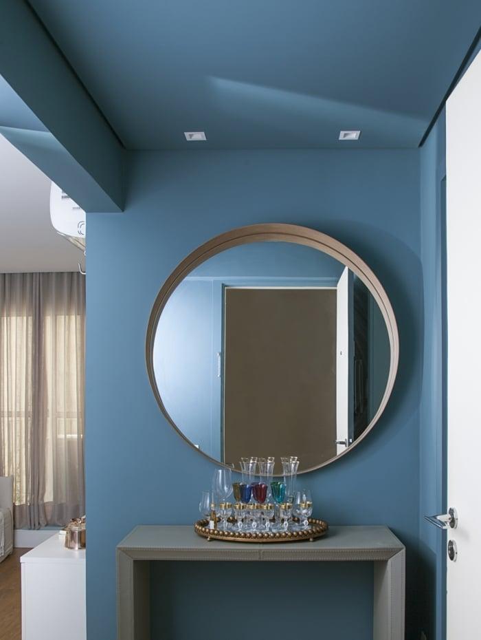 Pintar parede de azul e usar papel de parede com detalhes nessa cor são opções para investir no tom de 2020