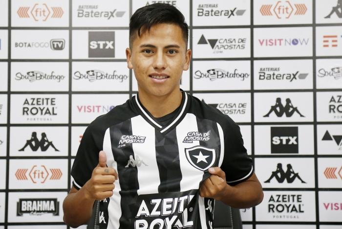 O peruano Lecaros foi apresentado oficialmente pelo Botafogo