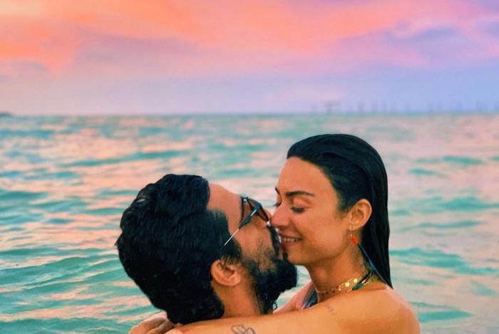 Thaila Ayala e Renato Góes trocam beijo apaixonado em praia na Bahia