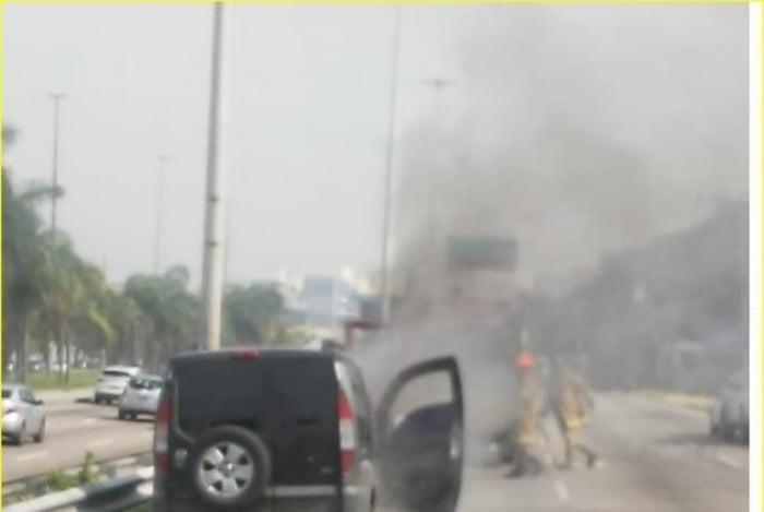 Carro pegou fogo na Avenida Ayrton Senna, na Barra da Tijuca