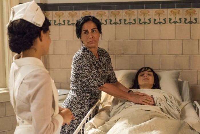 Clotilde (Simone Spoladore) no hospital, em Éramos Seis.