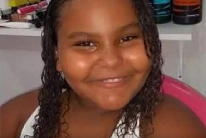 Anna Carolina foi vítima de bala perdida quando estava no sofá de casa