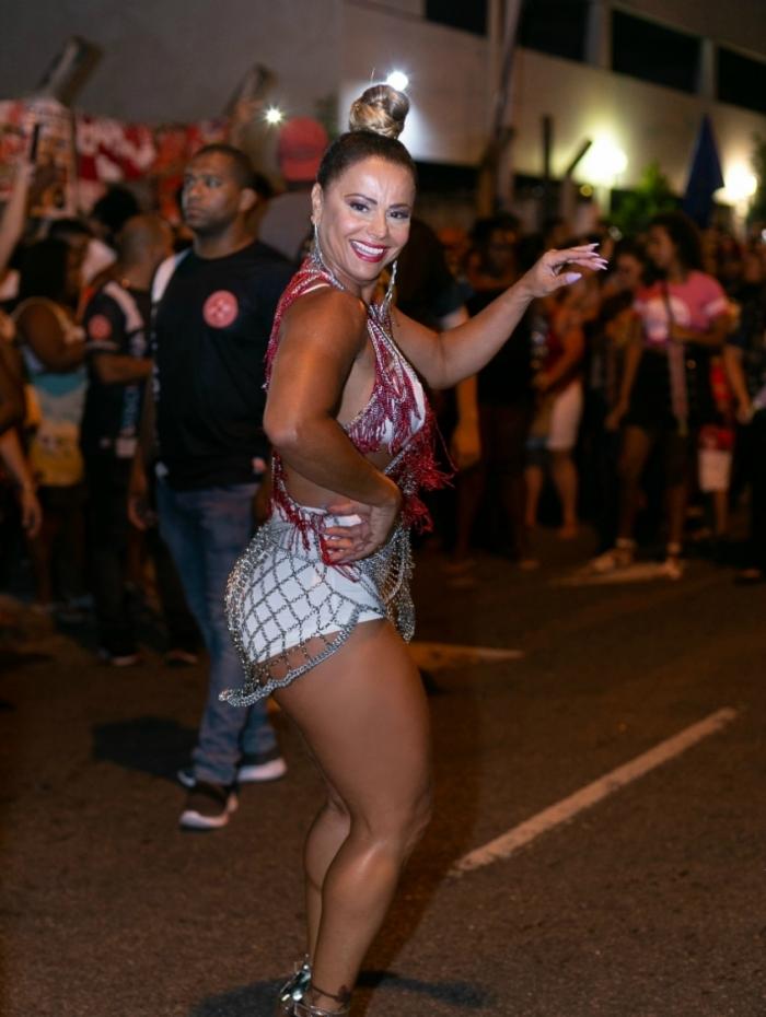 Viviane Araújo mostra samba no pé em ensaio do Salgueiro