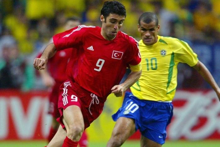 Hakan Sukur em ação contra o Brasil na Copa do Mundo de 2002