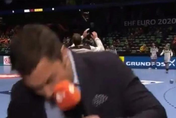 Repórter leva bolada no rosto ao vivo