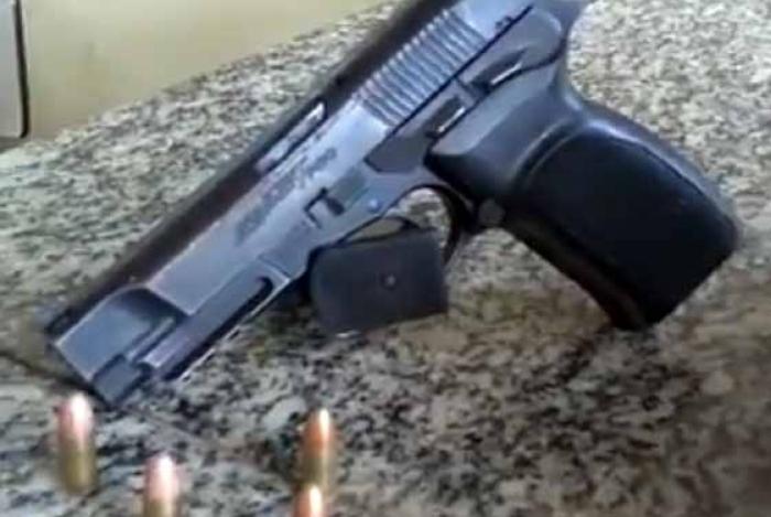 Pistola encontrada com o criminoso