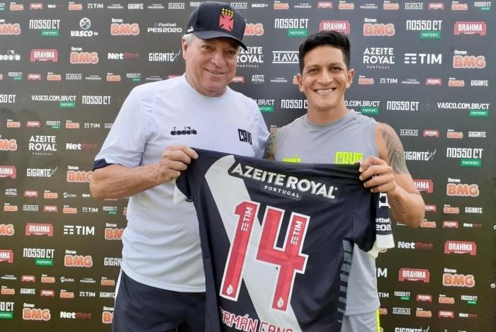 O técnico Abel Braga (E) entrega a camisa 14 para Cano: número usado por Abelão na Copa de 78