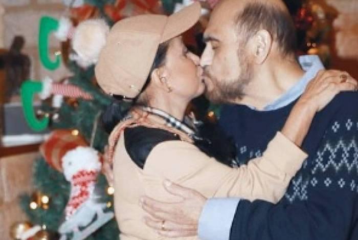 'Chiquinha' e 'Senhor Barriga' aparecem se beijando e os fãs vão à loucura
