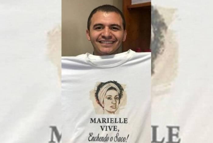 Assessor de deputada do PSL posta foto fazendo piada da morte de Marielle