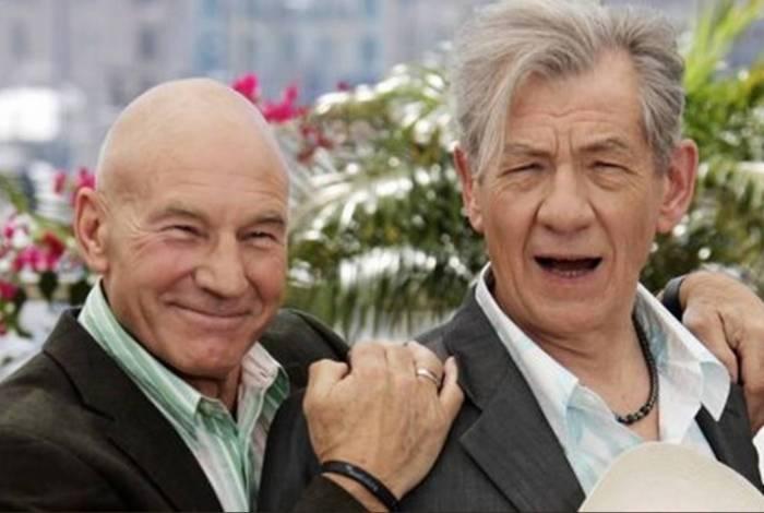 Patrick Stewart e Ian McKellen dão beijo gay