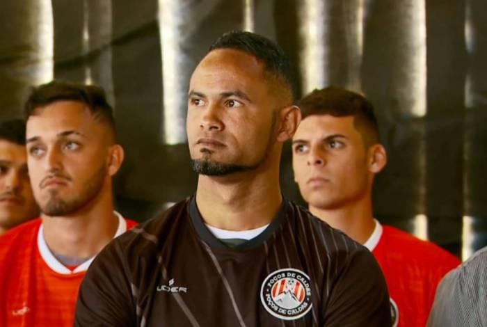 O goleiro Bruno tenta recomeçar sua carreira no futebol mais uma vez
