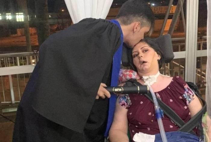 Mulher com doença degenerativa deixa hospital para assistir formatura do filho