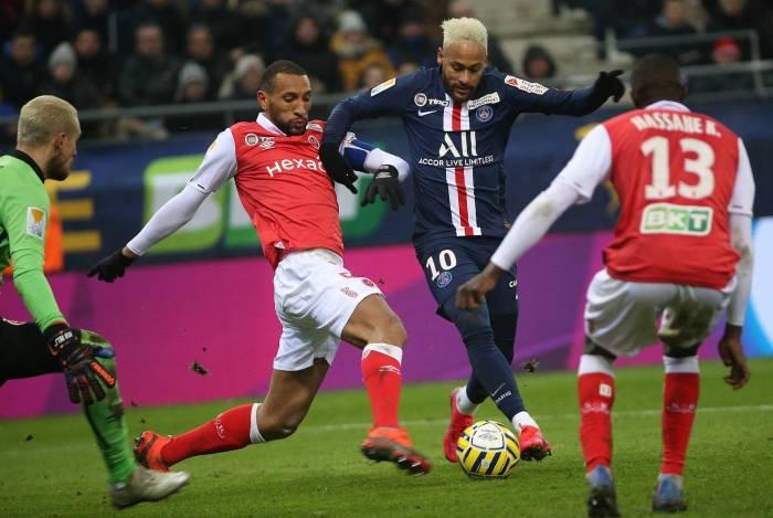 Neymar tenta o drible, marcado Abdelhamid (E): o brasileiro teve grande atuação no estádio do Reims