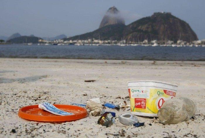 Rio de Janeiro - Lixo vindo do mar coletado na areia da praia de Botafogo. (Fernando Frazão/Agência Brasil)