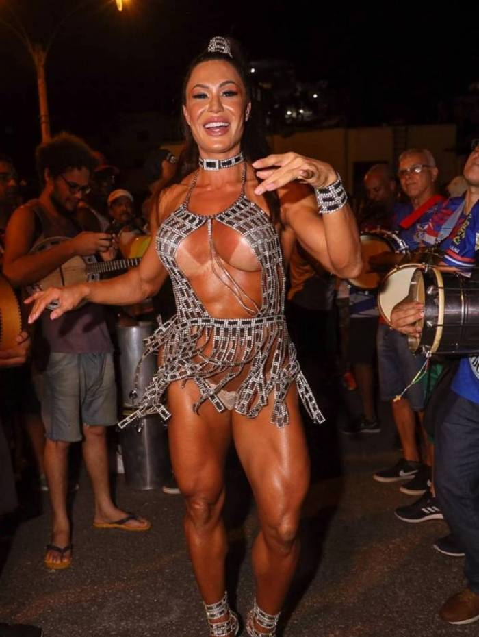 Gracyanne Barbosa chama a atenção com look sensual durante ensaio da União da Ilha