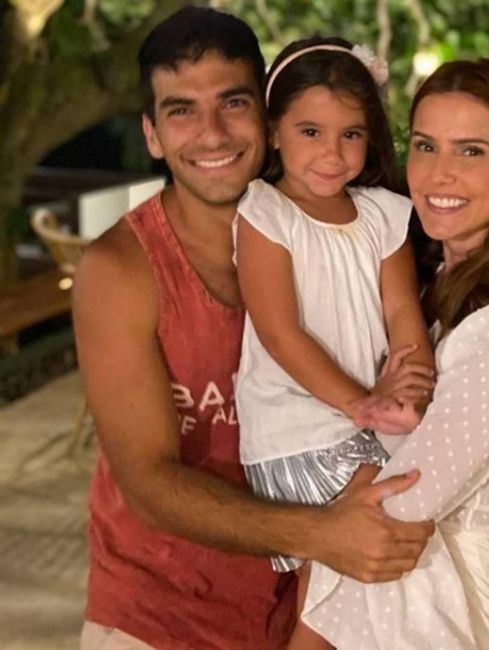 Deborah Secco, Hugo Moura e a filha Maria Flor