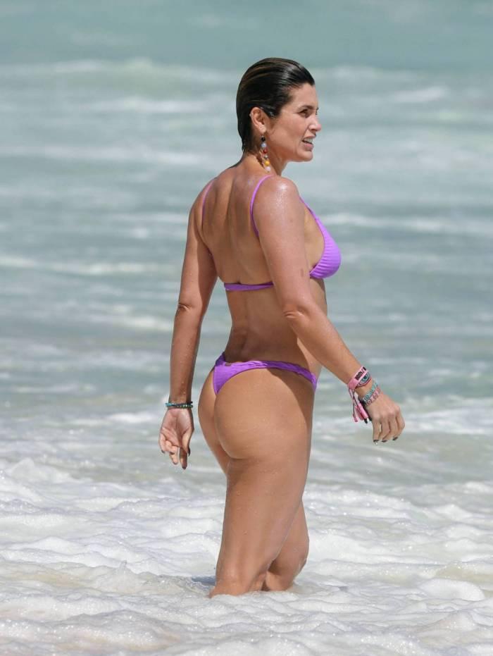 Flávia Alessandra curte dia de praia