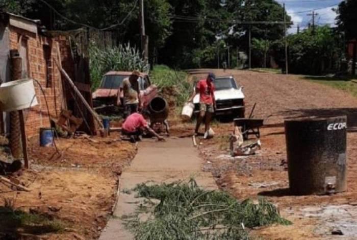 Vizinhos reformam calçadas para criança com 'ossos de vidro' ir à escola