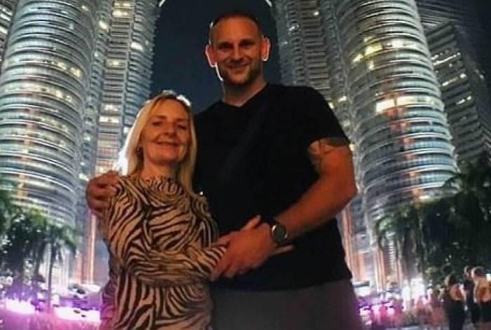 Julie e Paul juntos após traição na lua de mel